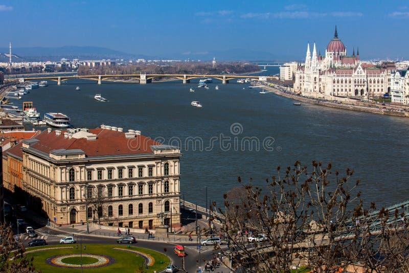 Widok Węgry parlamentu budynku, Margaret mostu i Danube rzeka w Budapest, obrazy royalty free