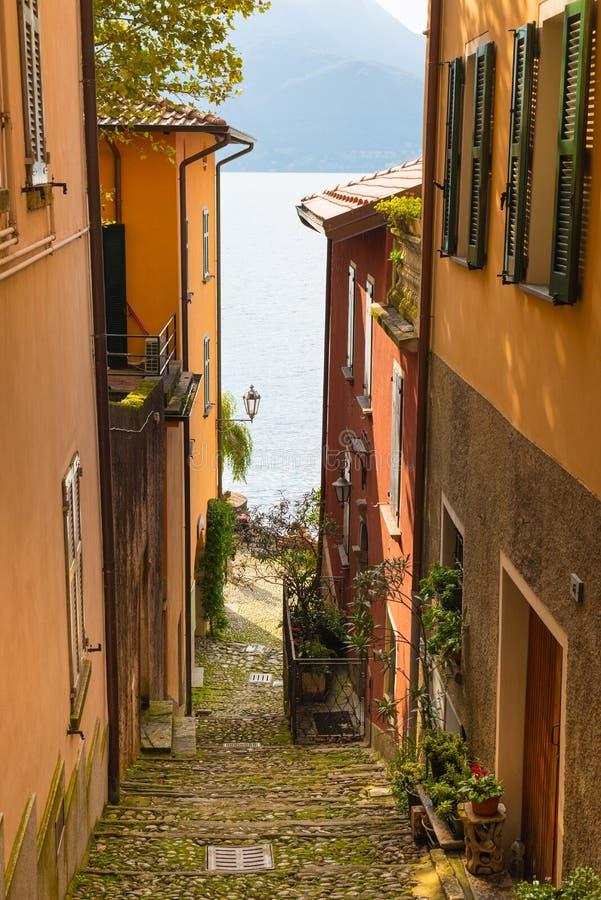 Widok Włoski Jeziorny Como od jeden wąskie ulicy zdjęcie royalty free