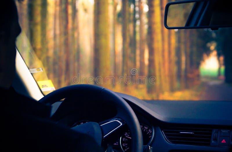 Widok wśrodku poruszającej samochodowej drogi zdjęcia stock