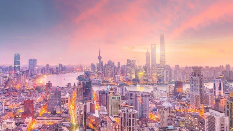 Widok w centrum Szanghaj linia horyzontu przy zmierzchem obraz stock
