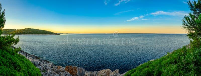 Widok w kierunku przylądka Kamenjak i otwiera Adriatyckiego morze od Banjole chodzącej ścieżki obrazy royalty free