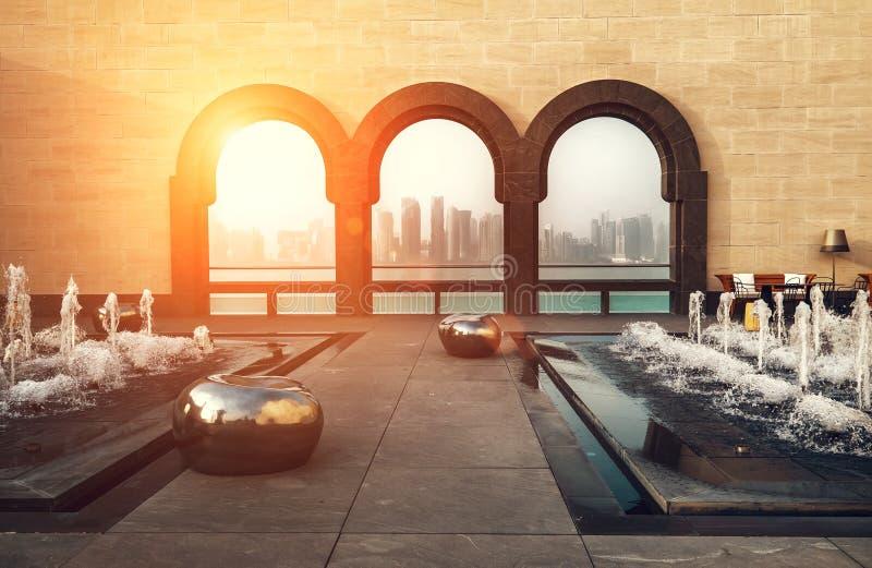 Widok w sercu finansowego światu Katarski kapitał - Doha miasto myśleć drzewnych łuki przy muzeum Islamska sztuka zdjęcie stock