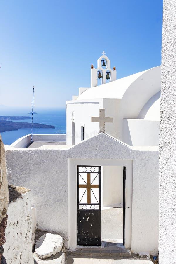 Widok wejście biała kaplica w Fira, Santorini, Grecja obrazy royalty free