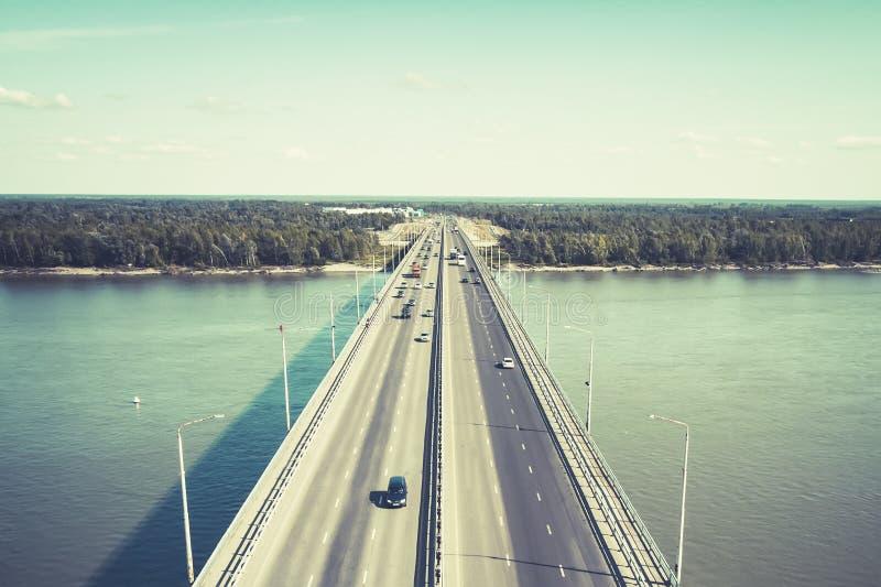 Widok well-consrtucted miasto most przez rzekę Miasto rzeki bramy Samochody na bridżowym chodzeniu przy do i z miasta zdjęcia royalty free