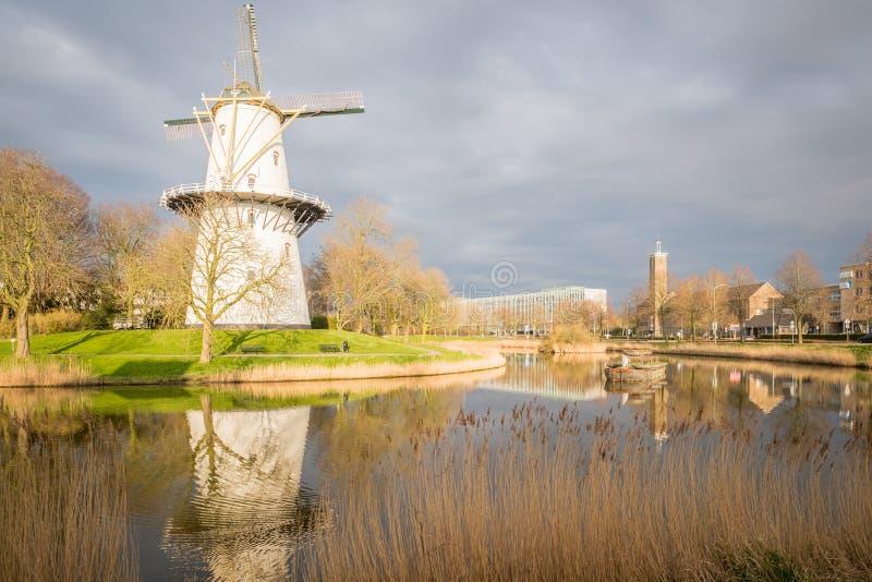 Widok wiatraczek przy zmierzchem na kanału właśnie outside Middelburg holandie fotografia royalty free