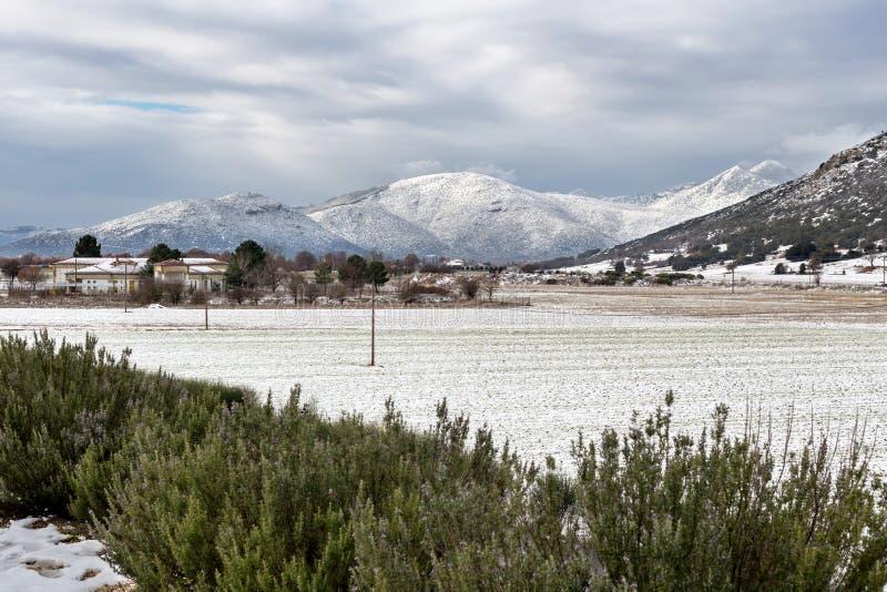 Widok wieś na zima dniu fotografia stock