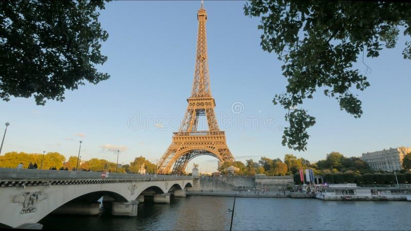 Widok wieża eifla i most nad rzecznym wontonem, Paris obraz stock