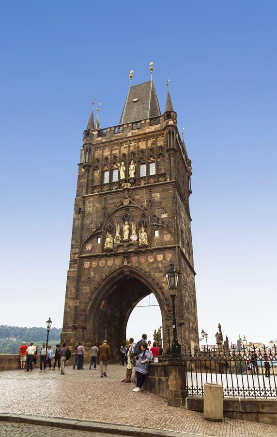 Widok wieży mostowej Staromestskaya położonej po wschodniej stronie mostu Karola Praga, Czechy fotografia stock