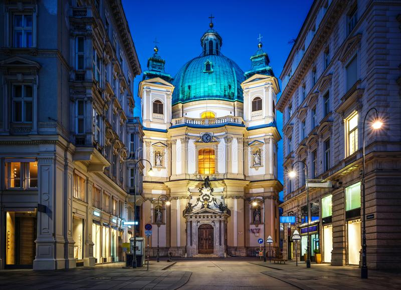 Widok wieczór świętego Peter kościół w historycznym centrum miasto, vienna obraz stock