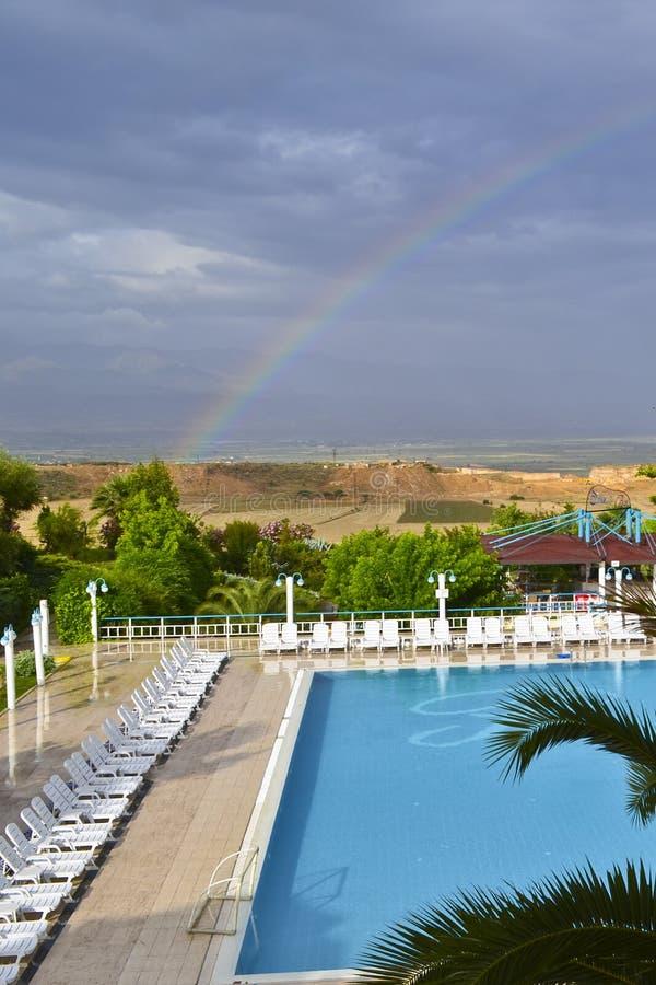 Widok wiejski lansdcape, pływacki basen i rainbowd, zdjęcie royalty free