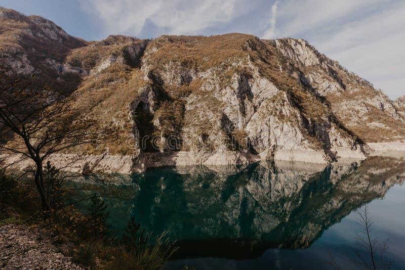 Widok wielki jar rzeczny Piva Lokacji miejsca park narodowy Durmitor, Pluzine miasteczko, Montenegro, Ba?kany, Europa Sceniczny w fotografia royalty free