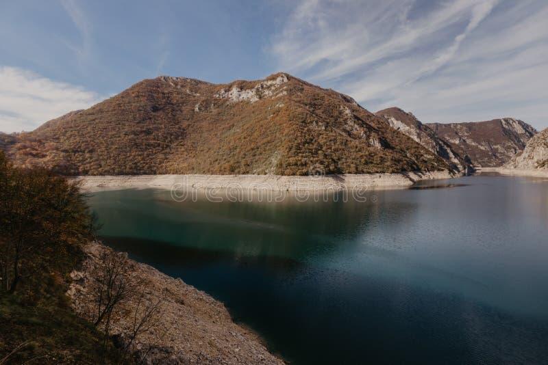 Widok wielki jar rzeczny Piva Lokacji miejsca park narodowy Durmitor, Pluzine miasteczko, Montenegro, Ba?kany, Europa Sceniczny w zdjęcie royalty free