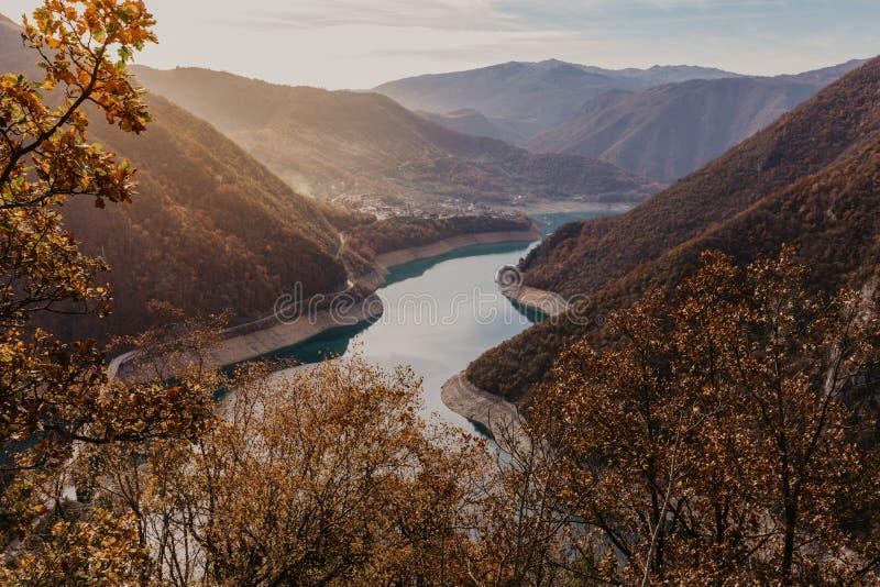 Widok wielki jar rzeczny Piva Lokacji miejsca park narodowy Durmitor, Pluzine miasteczko, Montenegro, Ba?kany, Europa Sceniczny w obraz stock