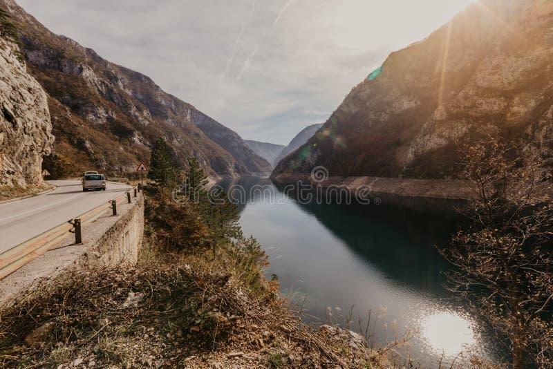 Widok wielki jar rzeczny Piva Lokacji miejsca park narodowy Durmitor, Pluzine miasteczko, Montenegro, Ba?kany, Europa Sceniczny w obrazy stock