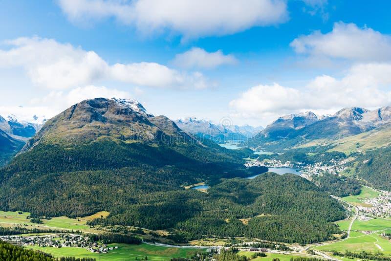 Widok wierzchołek Piz da Staz i jeziora w terenie StMoritz fotografia stock