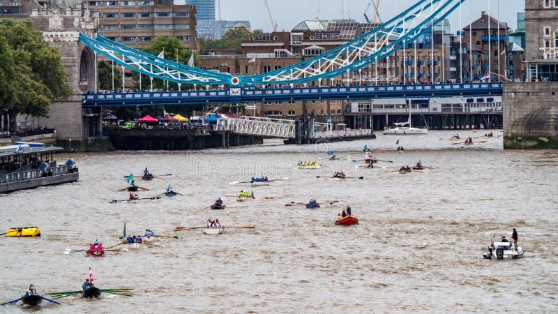 Widok wioślarskie łodzie na rzece Thames przy wierza mostem w Londyn fotografia royalty free
