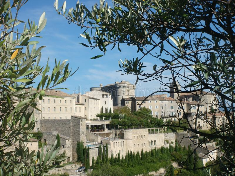 Widok wioska Gordes w Provence w Francja obramiał z gałąź oliwka zdjęcie stock