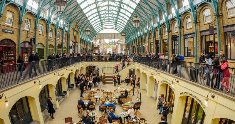 Widok wnętrze Covent ogródu rynek z muzykami bawić się muzykę obraz royalty free
