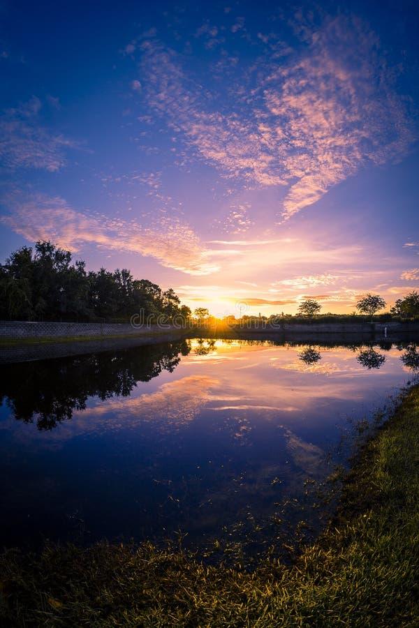 Widok wschód słońca blisko jeziora zdjęcie royalty free