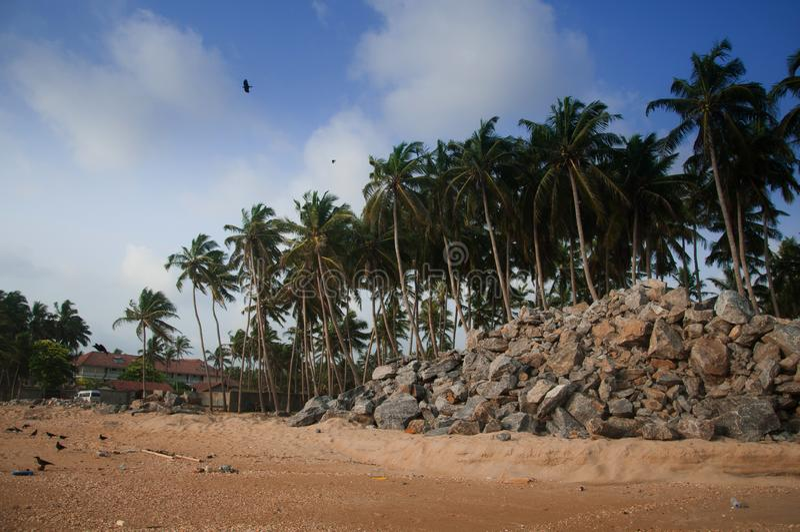 Widok wybrzeże linia w Marawila, Sri Lanka, głazy w oceanie indyjskim obraz stock
