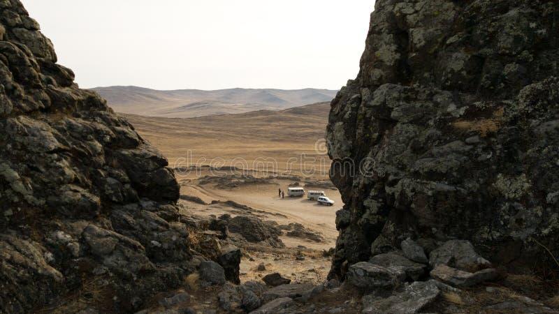 Widok wycieczka turysyczna samochody przez dwa kamiennych wzgórzy na wyspie Olkhon Pustynny stepowy teren w południe Olkhon wyspa obrazy royalty free
