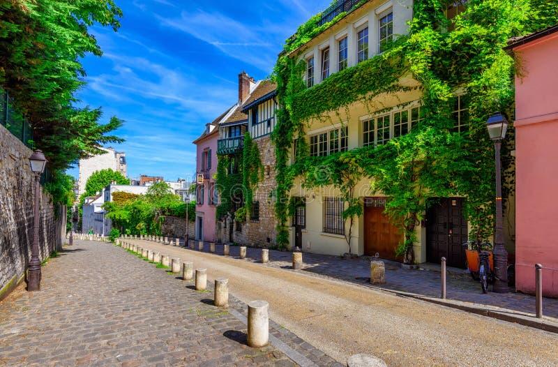 Widok wygodna ulica w kwartalnym Montmartre w Paryż obraz stock