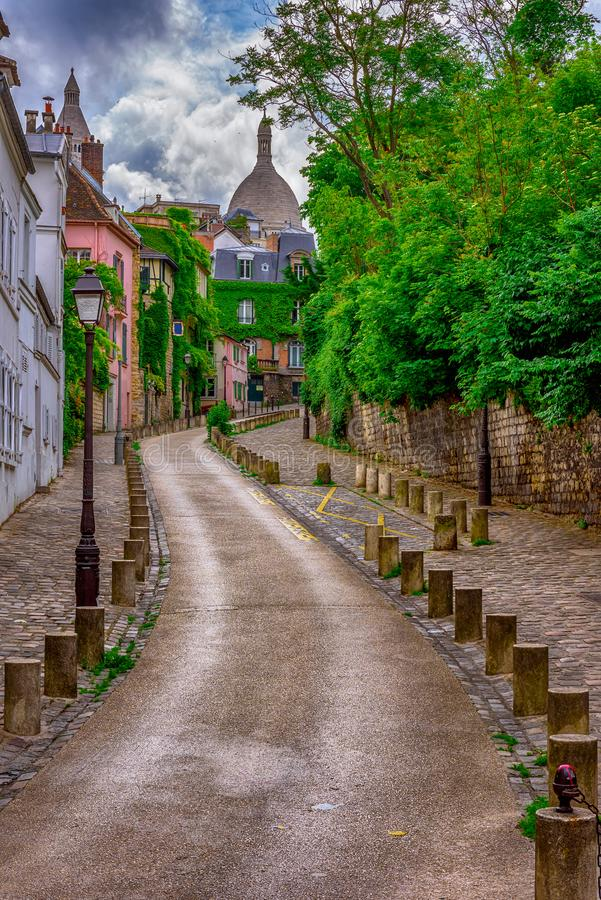 Widok wygodna ulica w kwartalnym Montmartre w Paryż zdjęcia stock