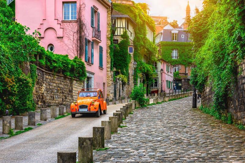 Widok wygodna ulica w kwartalnym Montmartre w Paryż zdjęcie stock