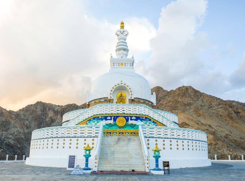 Widok Wysoka Shanti stupa z jasnym niebem w Leh, Ladakh, norther zdjęcia royalty free
