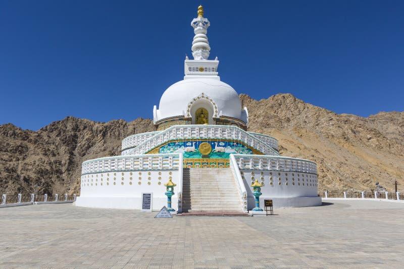 Widok Wysoka Shanti stupa z pięknym niebem duża stupa w L obraz royalty free