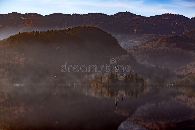 Widok wyspa z kościół katolickim w Krwawiącym jeziorze Krwawię jest jeden zadziwiające atrakcje turystyczne w Slovenia Pojęcie zi obraz stock