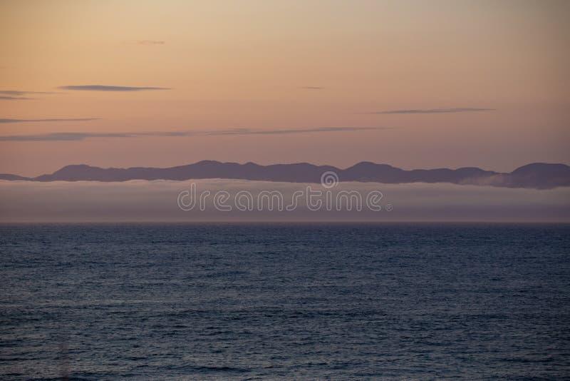 Widok wyspy Vancouver z Port Angeles: słynna mgła stanu Waszyngton na morzu, z górami w tle Miękkie, fotografia stock