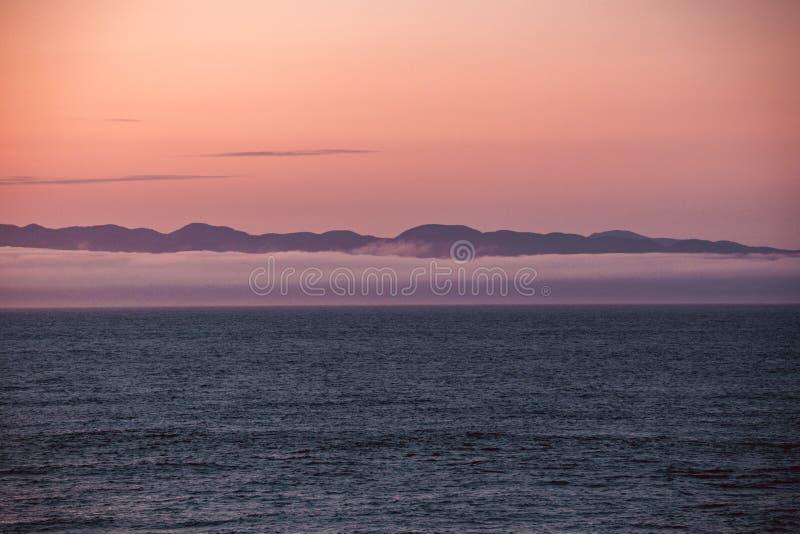 Widok wyspy Vancouver z Port Angeles: słynna mgła stanu Waszyngton na morzu, z górami w tle Miękkie, obrazy stock