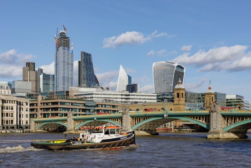 Widok wzdłuż Rzecznego Thames w kierunku miasta Londyn na Marzec 11, 2019 obraz stock