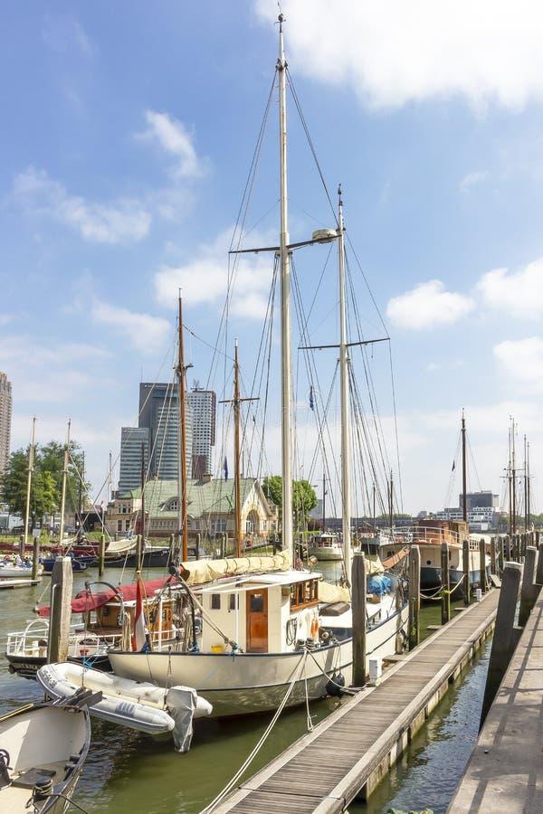 Widok wzdłuż żeglowanie łodzi w Veerhaven na nakładających budynkach na Holandia Amerikakade w Rotterdam 1 zdjęcie royalty free