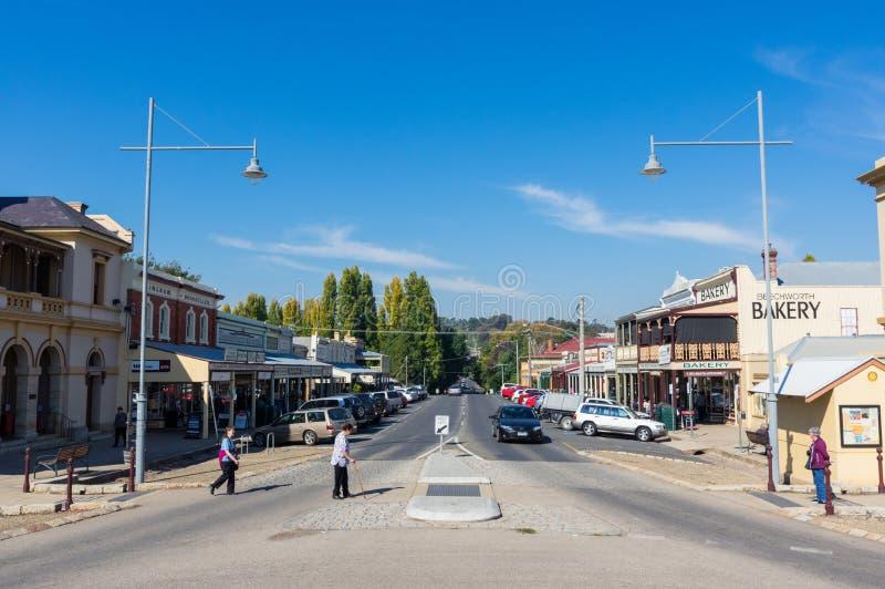 Widok wzdłuż historycznej Obozowej ulicy w goldrush miasteczku Beechworth obrazy royalty free