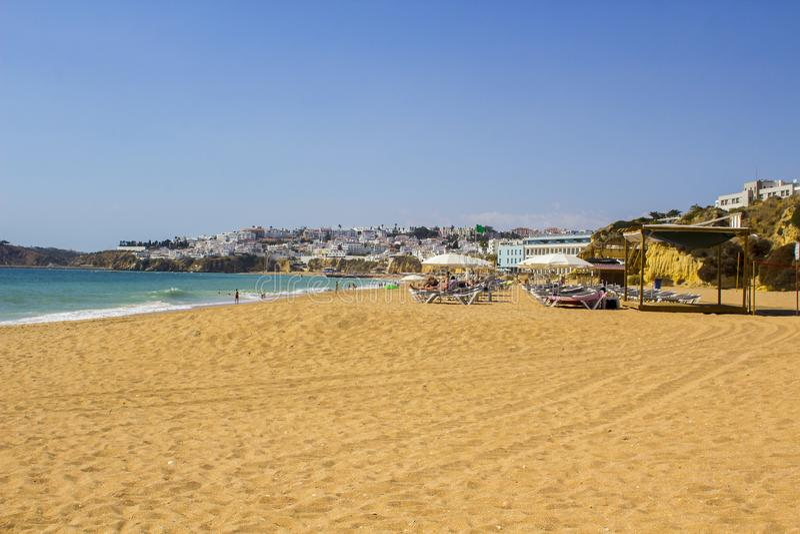 Widok wzdłuż Praia robi Inatel beachin Albuferia z słońce piaskiem i łóżkami zdjęcie stock