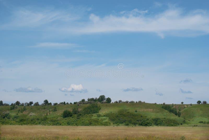 Widok wzgórza i doliny na pogodnym letnim dniu zdjęcia royalty free