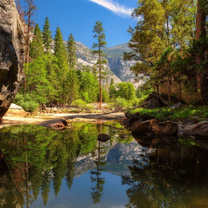 Widok Yosemite park narodowy z odbiciem w jeziorze obraz stock