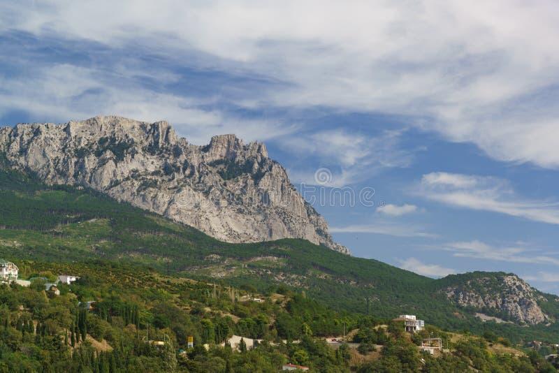 Widok zęby Krymski góra wierzchołek Petri Wzrostów budynki mieszkalni zakrywają z luksusowym południowym greenery obraz royalty free