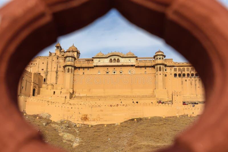 Widok Z?ocisty fort i pa?ac od Kesar Kyari Bagh uprawiamy ogr?dek na Maotha jeziorze Rajasthan indu fotografia royalty free