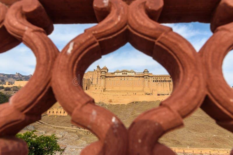 Widok Z?ocisty fort i pa?ac od Kesar Kyari Bagh uprawiamy ogr?dek na Maotha jeziorze Rajasthan indu obrazy royalty free