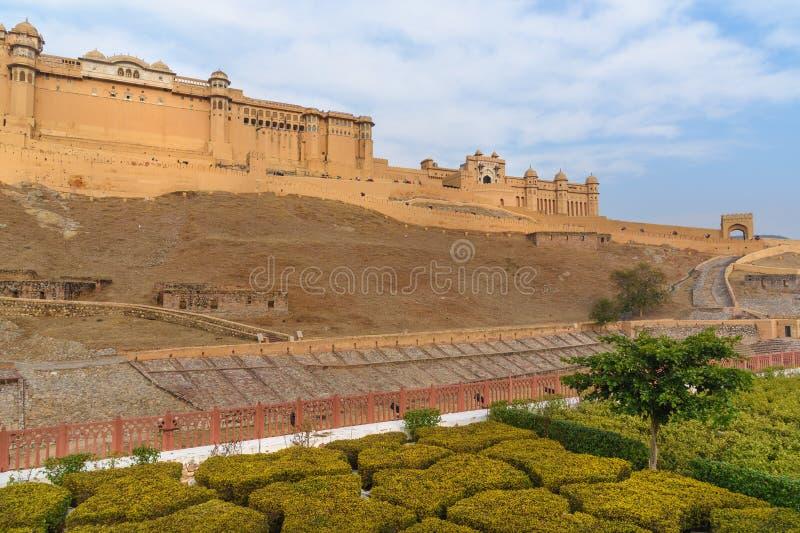 Widok Z?ocisty fort i pa?ac od Kesar Kyari Bagh uprawiamy ogr?dek na Maotha jeziorze Rajasthan indu zdjęcie stock