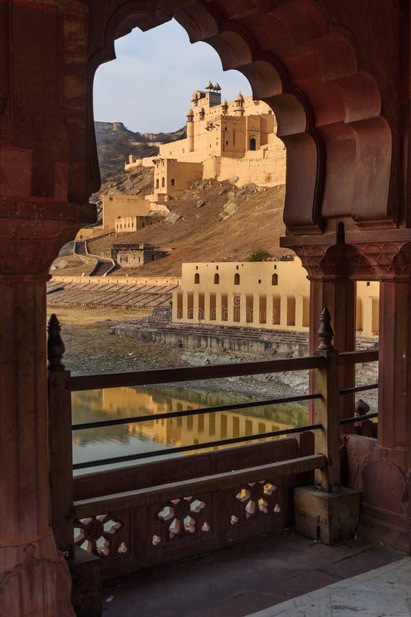 Widok Z?ocisty fort i pa?ac w Maotha jeziorze przez ?uku jaipur Rajasthan indu fotografia royalty free