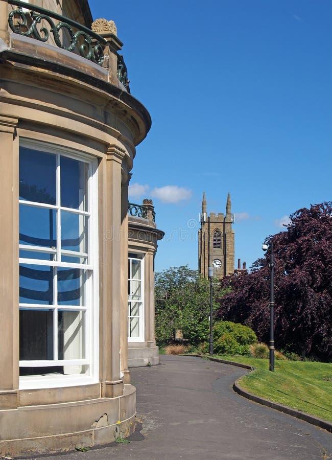 Widok z bliska wzdłuż jasnej biblioteki publicznej zbudowanej w 1841 roku jako prywatny dom zwany rydingami ze ścieżką i zdjęcia royalty free
