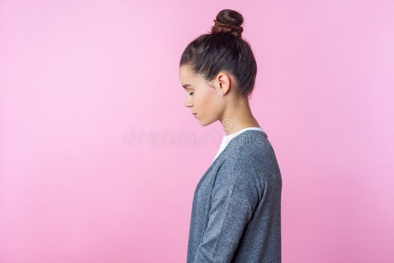 Widok z boku sennej brunetki nastolatki stojącej na snach lub wyobrażającej sobie z zamkniętymi oczami na różowym tle zdjęcia stock