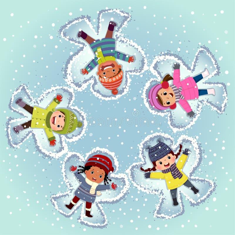 Widok z góry dzieci leżących i tworzących anioł śnieżny na śniegu w zimowym dniu ilustracja wektor