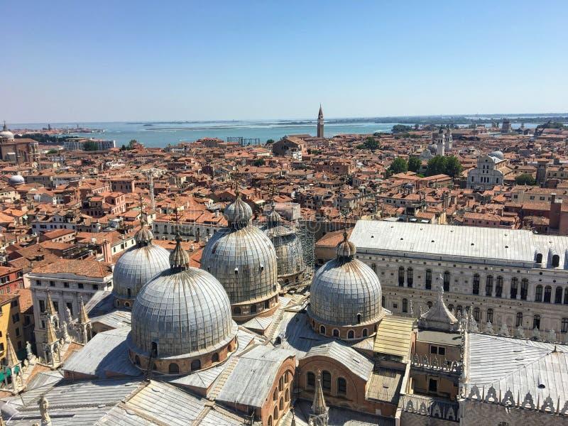Widok z góry St Marks Campanile of St Marks Square and Basilica, Pałac Psów, niesamowite miasto Wenecja fotografia royalty free