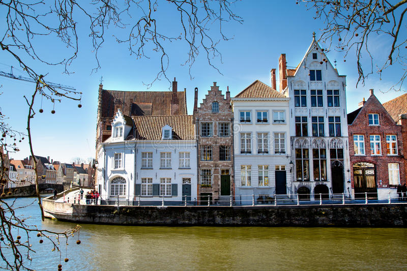 Widok z kanałowymi i kolorowymi tradycyjnymi domami w Brugge, Belguim zdjęcia stock