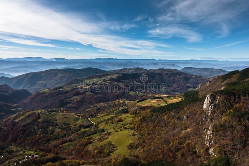 Widok z lotu ptaka łąki i toczni wzgórza w jesieni, Bobija góra zdjęcie royalty free